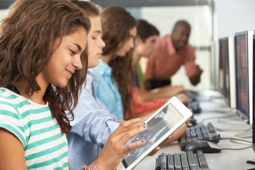 すべての講義 3歳 通信教育 : Teen On Computer in Class