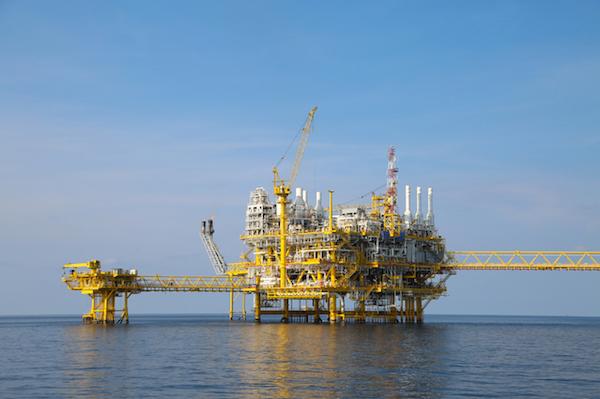 大きく変動する原油価格、その要因と今後の予想は?